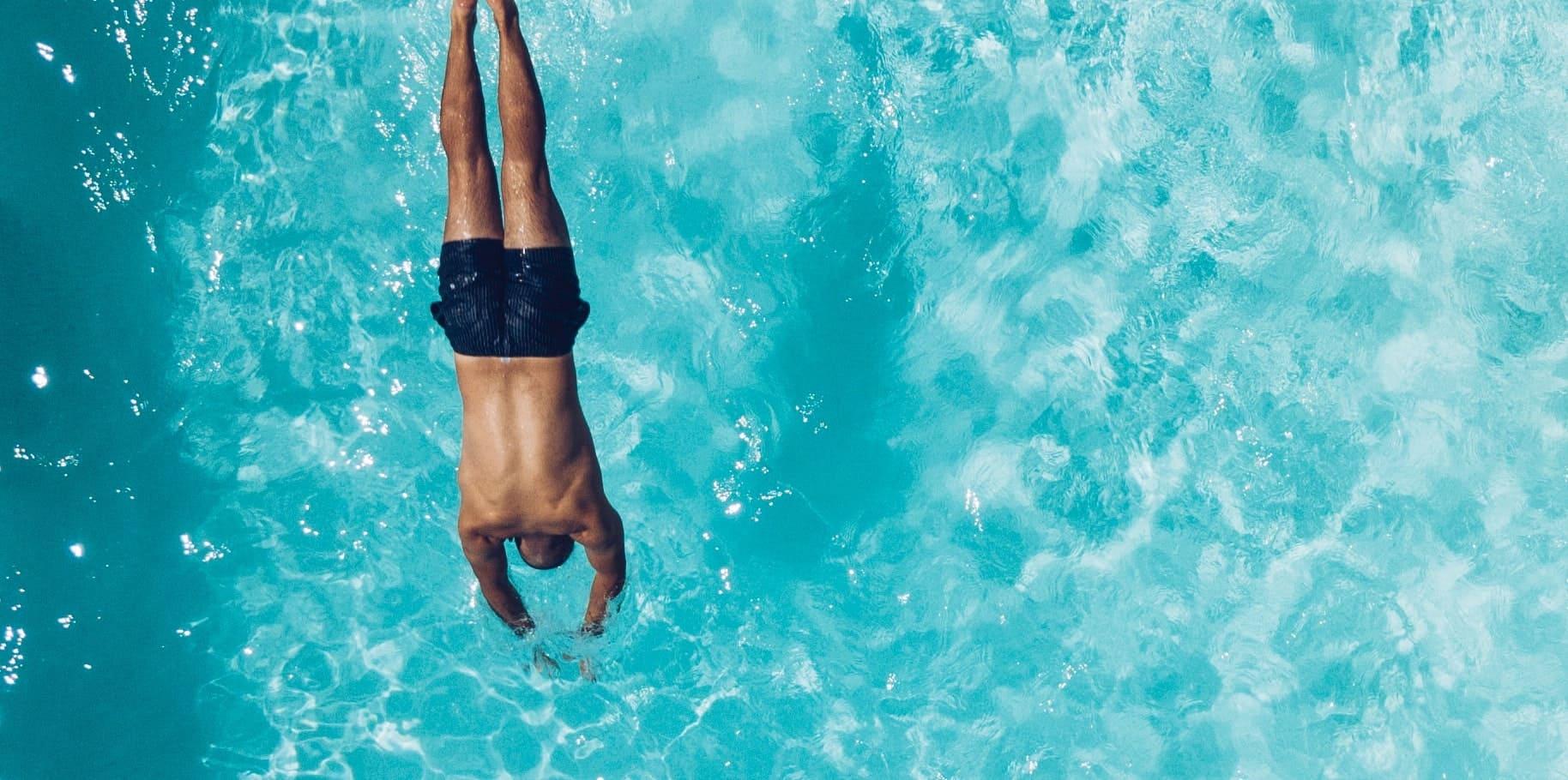 De zwembadbouwers | Man duikt in zwembad